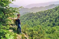 Femme d'une cinquantaine d'années se tenant sur la falaise Images stock