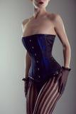 Femme d'une forte poitrine utilisant le corset noir et bleu Photo stock