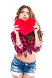 Femme d'une manière amusante tenant le coeur rouge et faisant le visage drôle de canard Images libres de droits