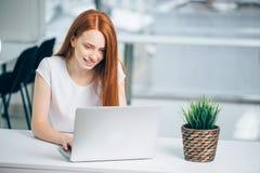 Femme dactylographiant sur l'ordinateur portable à la femme de lieu de travail travaillant dans le clavier de main de siège socia photographie stock