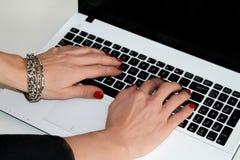 Femme dactylographiant sur l'ordinateur portable Photographie stock