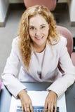 Femme dactylographiant sur l'ordinateur portable dans le bureau au travail Photo stock