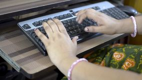 Femme dactylographiant sur le clavier de la fin d'ordinateur de PC de bureau vers le haut des mains supérieures de vue de côté se clips vidéos