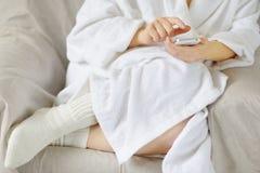 Femme dactylographiant sur le smartphone Image stock