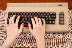 Femme dactylographiant sur le vieux clavier d'ordinateur photos libres de droits