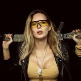 Femme dangereuse blonde sexy avec l'arme automatique photos libres de droits