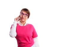 Femme dans appeler rose par le téléphone Photos stock