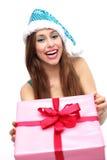 Femme dans cligner de l'oeil de chapeau de Noël Photos libres de droits