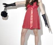 Femme dans de robe les gants et le sac à main rouges en arrière Images libres de droits