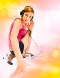 Femme dans des écouteurs Photos libres de droits