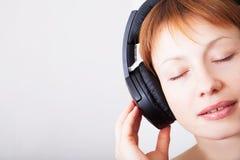Femme dans des écouteurs Photos stock
