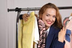 Femme dans des choses de achat excitées par vêtement formel photos stock