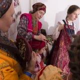 Femme dans des costumes folkloriques russes Photographie stock libre de droits