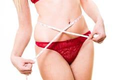 Femme dans des culottes avec la bande blanche de mesure Photographie stock