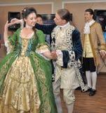 Femme dans des danses du 19ème siècle de costume Image stock