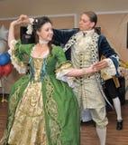 Femme dans des danses du 19ème siècle de costume Images stock