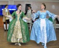 Femme dans des danses du 19ème siècle de costume Images libres de droits