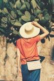 Femme dans des dos de chapeau de paille images stock