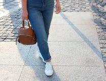 Femme dans des espadrilles élégantes marchant dehors Photos libres de droits