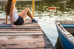 Femme dans des espadrilles sur un pilier à l'eau Photo libre de droits