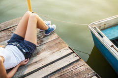 Femme dans des espadrilles sur un pilier à l'eau Photographie stock