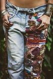 Femme dans des jeans brodés images libres de droits