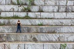 Femme dans des jeans tenant un dos dans une carrière de marbre Image libre de droits