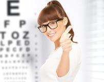 Femme dans des lunettes avec le diagramme d'oeil photographie stock libre de droits