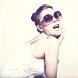 Femme dans des lunettes de soleil. Photographie stock
