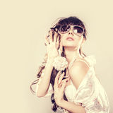 Femme dans des lunettes de soleil. Photo stock