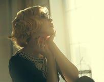 Femme dans des lunettes de soleil Photo libre de droits