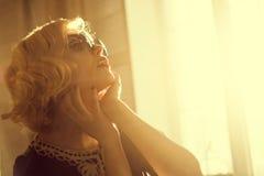 Femme dans des lunettes de soleil Photographie stock libre de droits