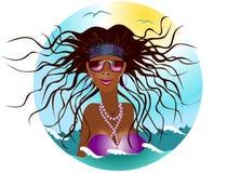 Femme dans des lunettes de soleil inondées en mer Photographie stock libre de droits
