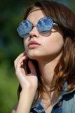 Femme dans des lunettes de soleil reflétées Image libre de droits