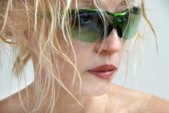 Femme dans des lunettes de soleil vertes Images libres de droits
