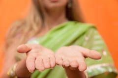 Femme dans des mains ouvertes d'apparence de sari Photo libre de droits