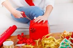 Femme dans des mains préparant des cadeaux de Noël Images libres de droits