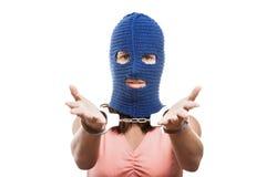 Femme dans des menottes d'apparence de passe-montagne sur des mains Photo libre de droits