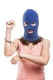 Femme dans des menottes d'apparence de passe-montagne sur des mains Image libre de droits
