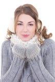 Femme dans des mitaines de laine soufflant quelque chose de son isolat de paumes Photos libres de droits