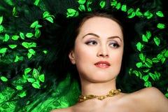Femme dans des pétales verts photo libre de droits