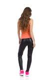 Femme dans des pantalons en cuir reculant Photo stock