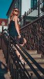 Femme dans des promenades de robe par les vieilles rues de ville un jour ensoleillé photo libre de droits