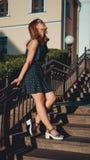 Femme dans des promenades de robe par les vieilles rues de ville un jour ensoleillé image libre de droits