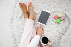 Femme dans des pyjamas tenant une tasse de café Vue d'oeil de Bird's Photos stock