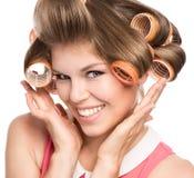 Femme dans des rouleaux de cheveux Photographie stock libre de droits