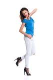 Femme dans des talons hauts posant sur une jambe Photos libres de droits