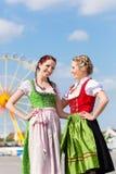 Femme dans des vêtements bavarois traditionnels à l'extérieur Images libres de droits