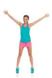 Femme dans des vêtements de sport se tenant avec des bras tendus Images libres de droits
