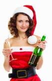 Femme dans des vêtements du père noël avec la bouteille de champagne Photos stock